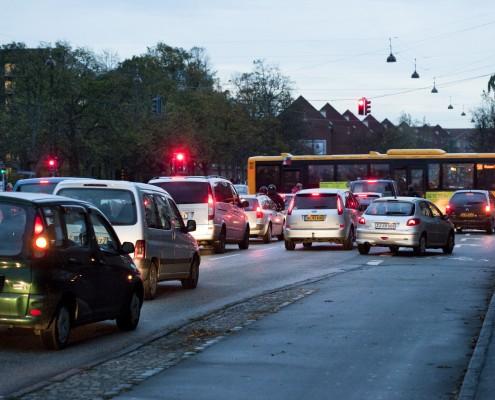 rødt lys biler og bus